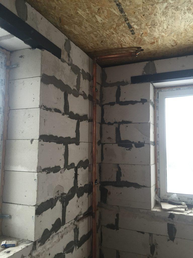 Трассировка стояков отопления в углу комнаты